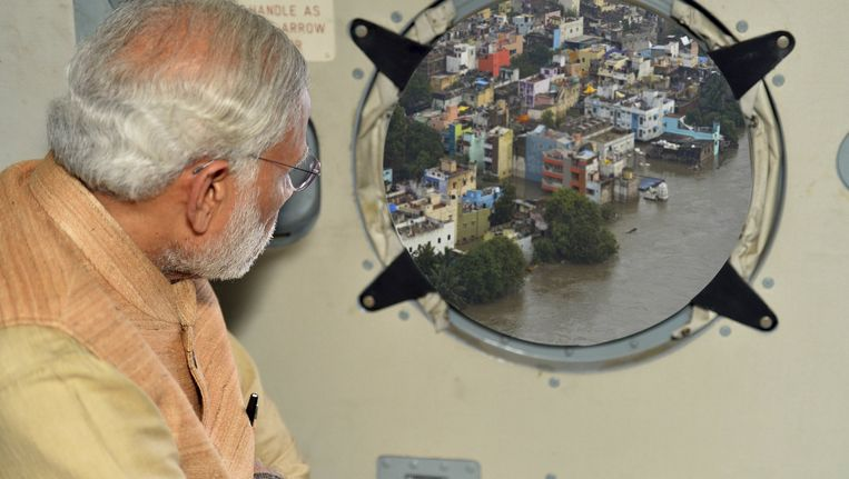 De door India gefotoshopte versie waarbij premier Modi uit het raam van een helikopter kijkt. In de originele versie is zijn uitzicht een wazig beeld van ondergelopen weilanden. De oorspronkelijke foto staat onder aan dit artikel. Beeld REUTERS