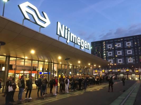 Wachtende forenzen maandagochtend op station Nijmegen.