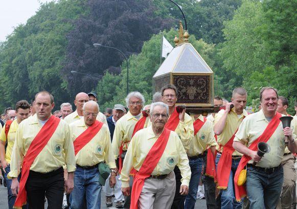 Archiefbeeld. De schrijndragers trekken met het reliek van Sint-Hermes door de straten.