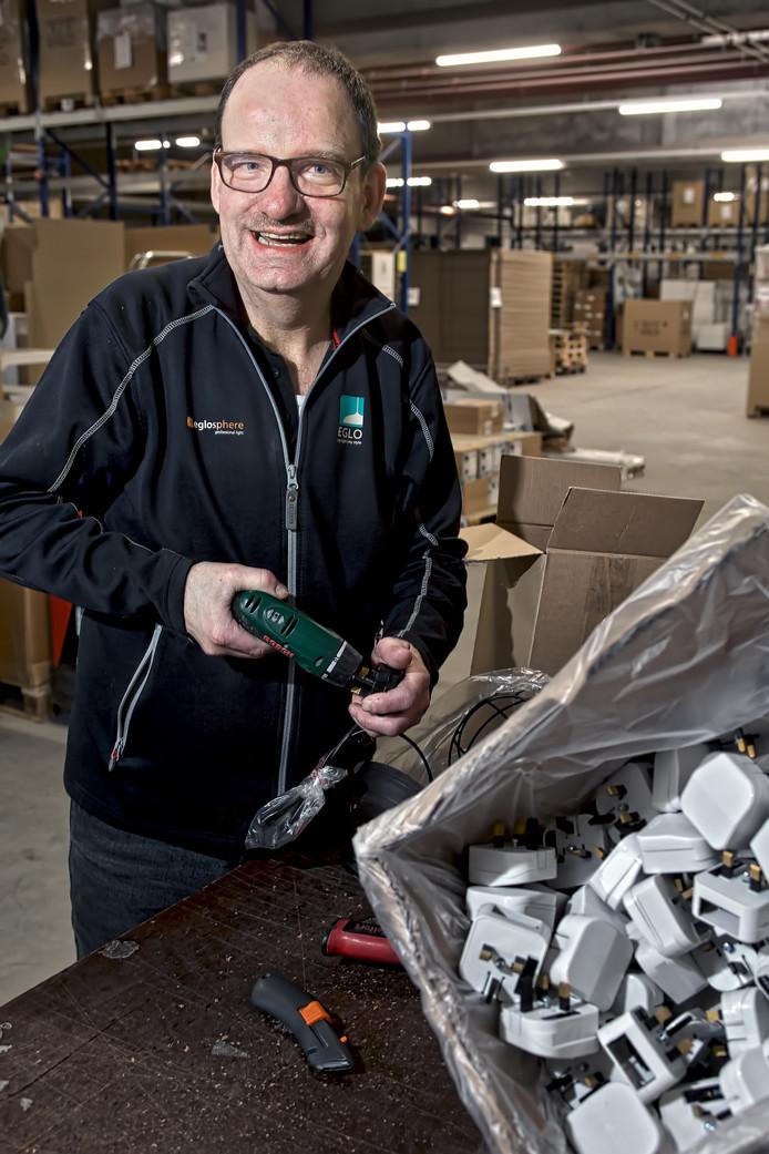 Tonny Soeters werkt bij Eglo in Oosterhout, waar hij in het magazijn andere stekkers aan lampen zet.