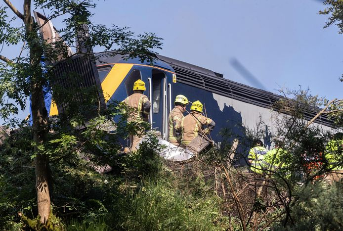 Hulpdiensten zijn ter plaatse bij de ontspoorde trein in Stonehaven, Schotland.