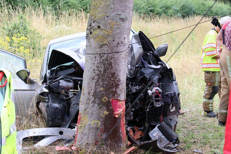 De vrouw reed frontaal tegen een boom aan.