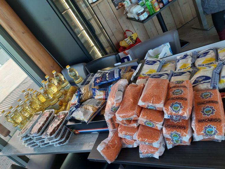 Tafel met etenswaren na inzameling onder familie, vrienden en bekenden. Beeld