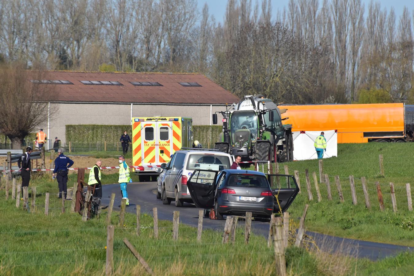 Het slachtoffer kwam onder de aanhangwagen van de tractor terecht, langs de Oude Iepersestraat in Dadizele.