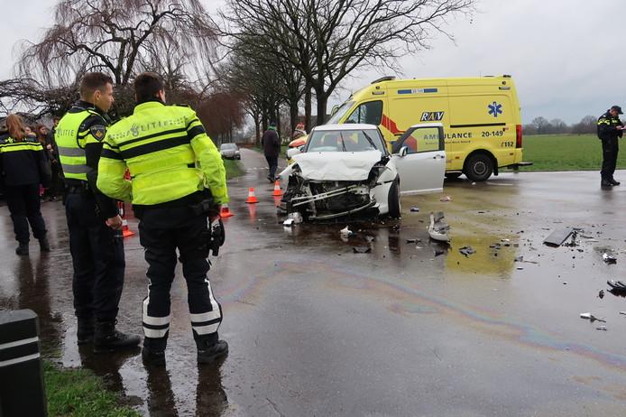 Een auto en een bestelbus botsten tegen elkaar in Chaam.