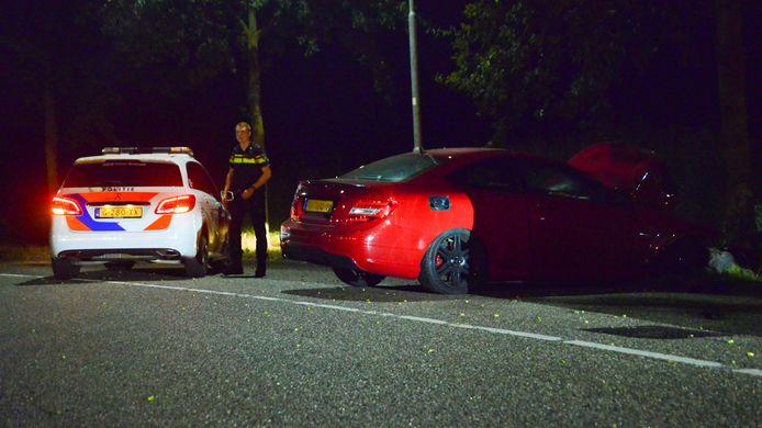 Auto botst met hoge snelheid tegen een boom in Helmond.