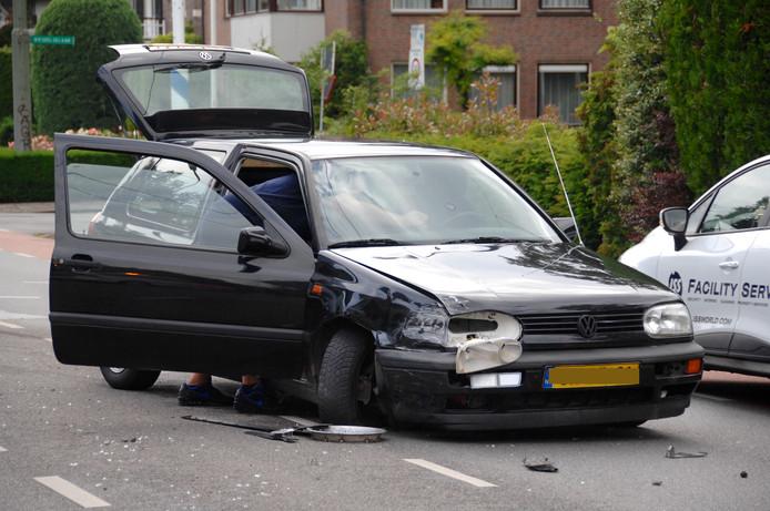 Een van de beschadigde auto's bij het ongeval