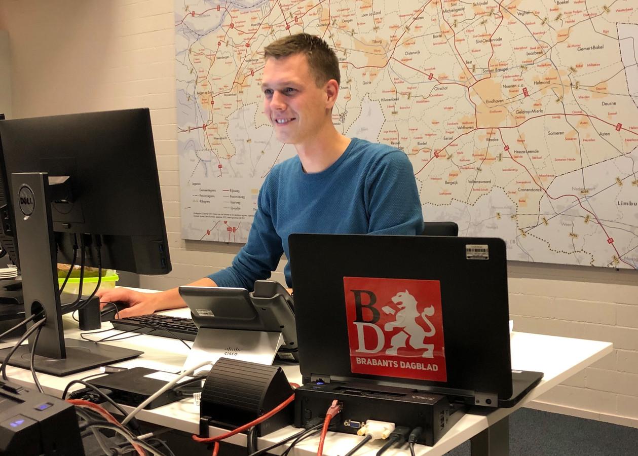 Tom van der Meer aan het werk op de onlineredactie.
