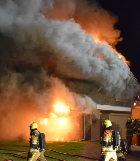 Grote brand verwoest woning in Ooij, vuur na uren onder controle