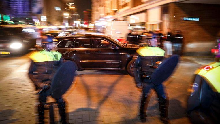 Auto's van de Dienst Speciale Interventies (DSI) rijden richting de Schiedamse Vesthof waar de Turkse minister Fatma Kaya door de politie werd tegengehouden. Beeld ANP