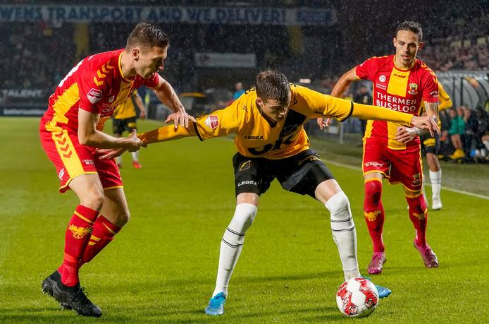 Alexander Bannink (l) in duel met Ivan Ilic van NAC Breda. Jaroslav Navratil (r) kijkt toe.