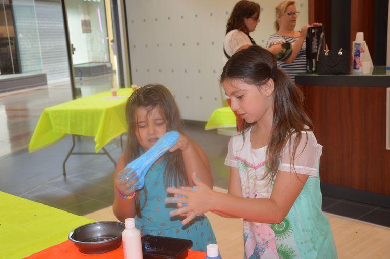Ellen (links) vond het slijm eerst een beetje vies maar ontdekte dat het naar zeep ruikt.