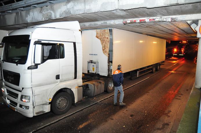 Het viaduct in Waalwijk waar vrachtwagens zich met regelmaat klemrijden.