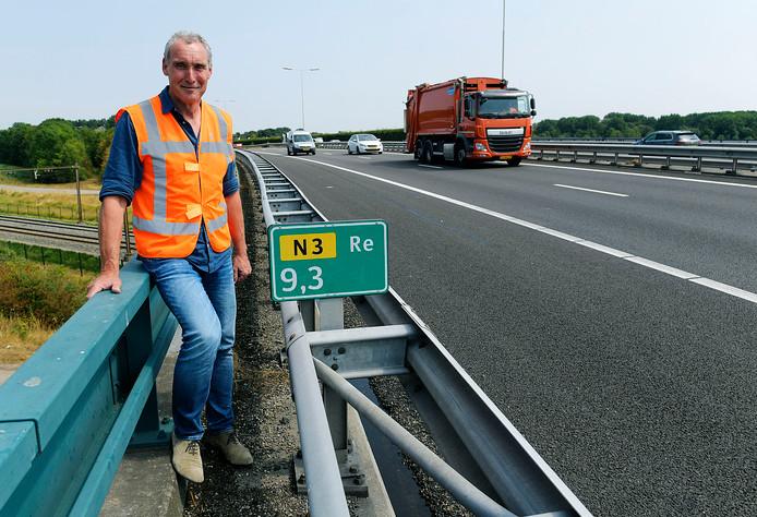 """Andre Groninger van Rijkswaterstaat staat bij de N3. ,,Het is gewoon groot onderhoud, meer niet."""""""