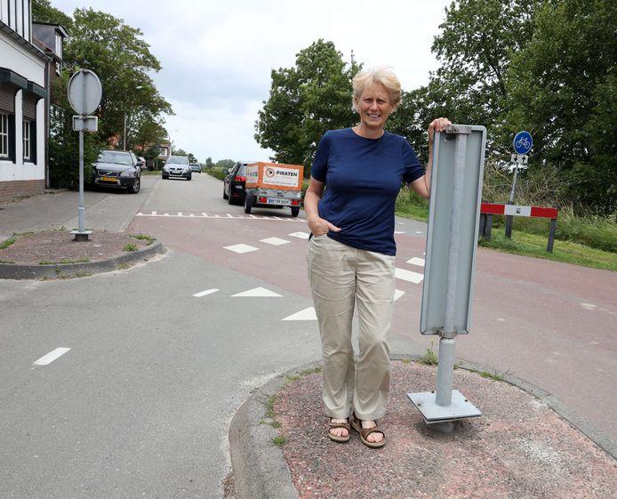 Chantal Verdonk op een verkeersremmer aan het begin van de Sint Bavodijk.