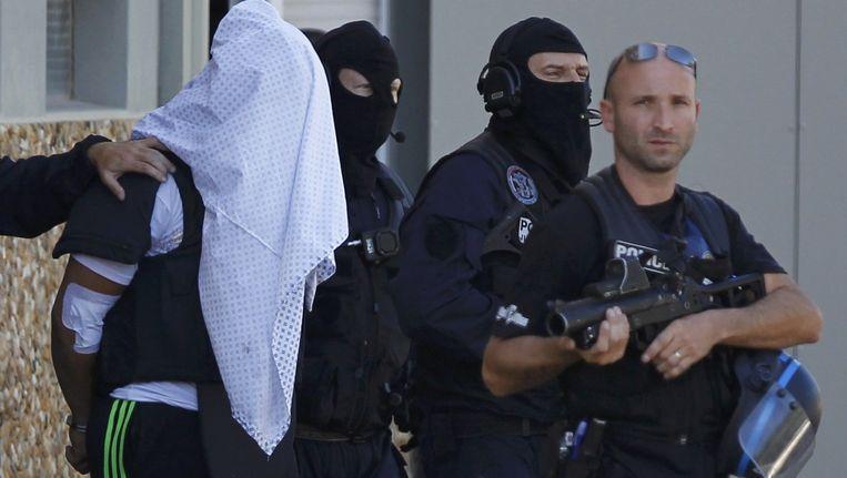 Het gezicht van de dader werd bedekt tijdens zijn arrestatie.