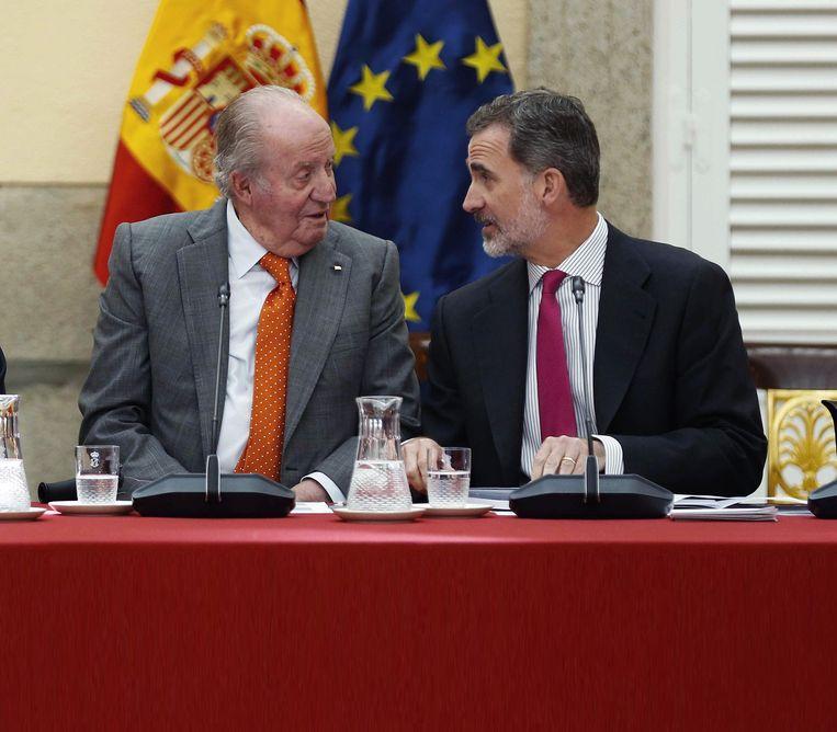 Juan Carlos afgelopen jaar met zijn zoon, de huidige koning Felipe VI. Beeld EPA