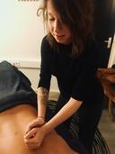 Tess Olijerhoek masseert een klant.