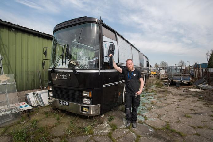 Rob Vermeulen bij zijn vernielde bus in Gendt.