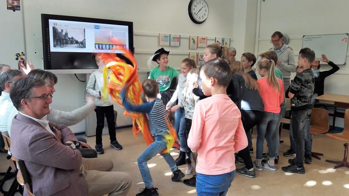 Bij de presentatie van de Kindercanon spelen leerlingen van groep 5-8 van basisschool De Start in De Moer de grote dorpsbrand van 1737 na.