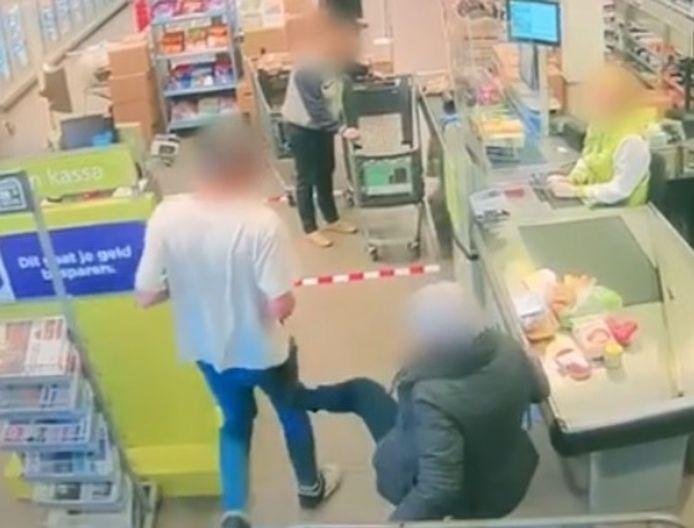 Vrouw schopt man die geen afstand houdt in supermarkt in Rijsbergen. De man gooit vervolgens een zak potgrond tegen haar aan.
