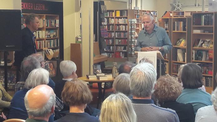 Oscar Garschagen tijdens zijn lezing in boekhandel de Drvkkery in Middelburg