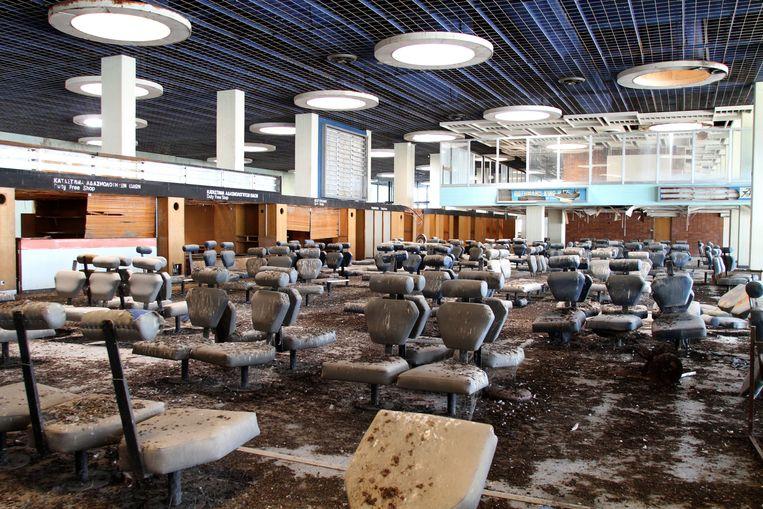 De stoeltjes waar de passagiers op hun vlucht wachtten, staan er nog, maar zijn besmeurd met duivenpoep.