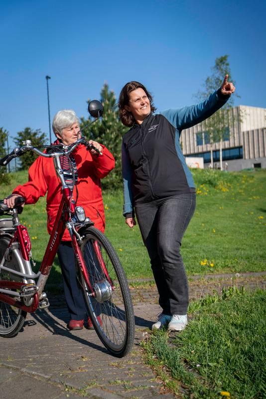 De fietsgroep kent een grote zelfstandigheid, de coach wijst alleen af en toe nog een keer op de gemaakte veiligheidsafspraken.