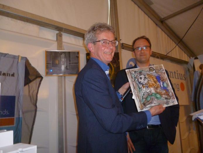 Wethouder Menno Roozendaal van Meierijstad (r) overhandigt schilderstuk aan voorzitter Frank van Geffen van de Vincentiusvereniging.