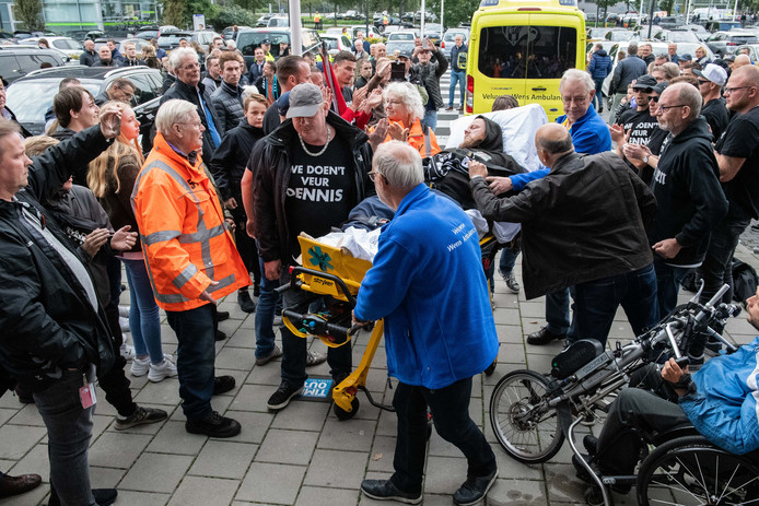 Supporters van FC Emmen zijn van Emmen naar Almelo gefietst om hun vriend en Emmen supporter een hart onder de riem te steken die een hersenbloeding heeft gehad.  Dennis kwam aan in een wensambulance.