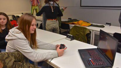 """Leerlingen Kroonlaan testen zelfbedachte videogame uit: """"Véél leuker dan les krijgen"""""""