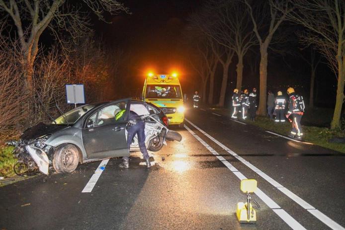 Een automobilist botst tegen een boom in Boskoop.
