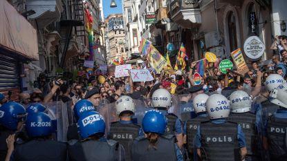 Politie gebruikt traangas tegen deelnemers verboden Gay Pride in Istanbul