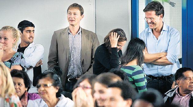Premier Rutte (r.) bezoekt de zomerschool in den Haag. © AD/FRANK JANSEN
