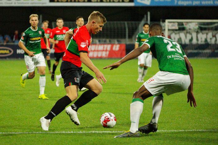 Zian Flemming passeert tegen FC Dordrecht Noah Lewis. De middenvelder keert na zijn schorsing vrijdag in Maastricht terug in de basis bij NEC.
