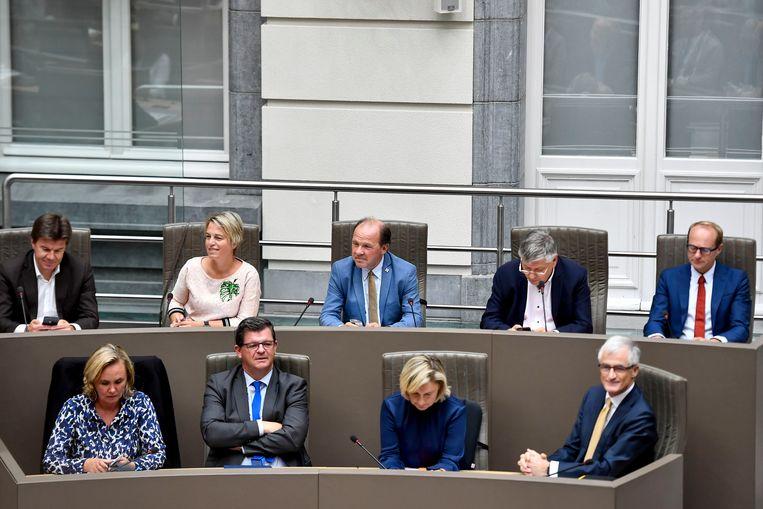 De Vlaamse regering, hier nog met toenmalig Vlaams minister van Begroting Bart Tommelein (Open Vld, tweede links onderaan).