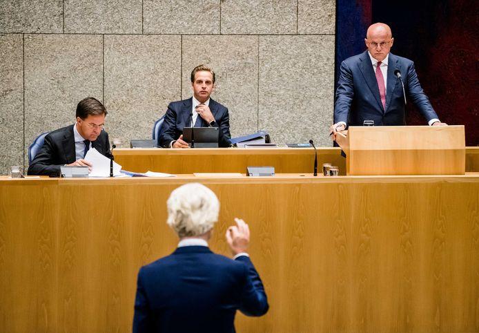 Geert Wilders (voorgrond) in debat met minister Grapperhaus tijdens het coronadebat.