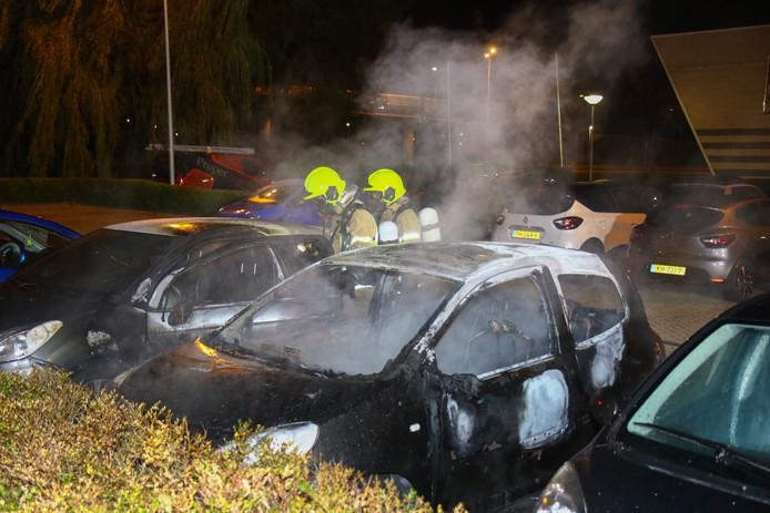 Aan de Eikenlaan in Spijkenisse gingen twee auto's verloren.