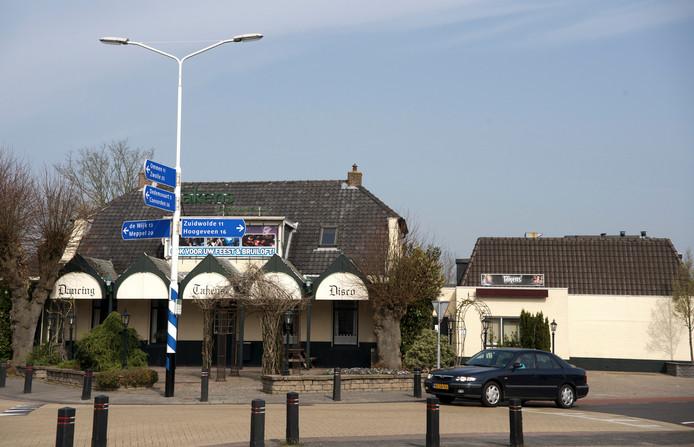 Het deel van de voormalige discotheek Takens op de kop van het perceel blijft behouden. Daarin worden twee woningen gebouwd.