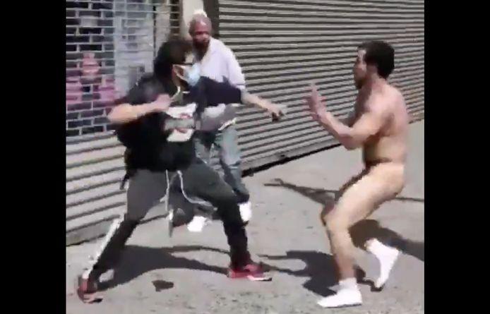 Un homme nu se bat dans les rues de New York en pleine manifestation.