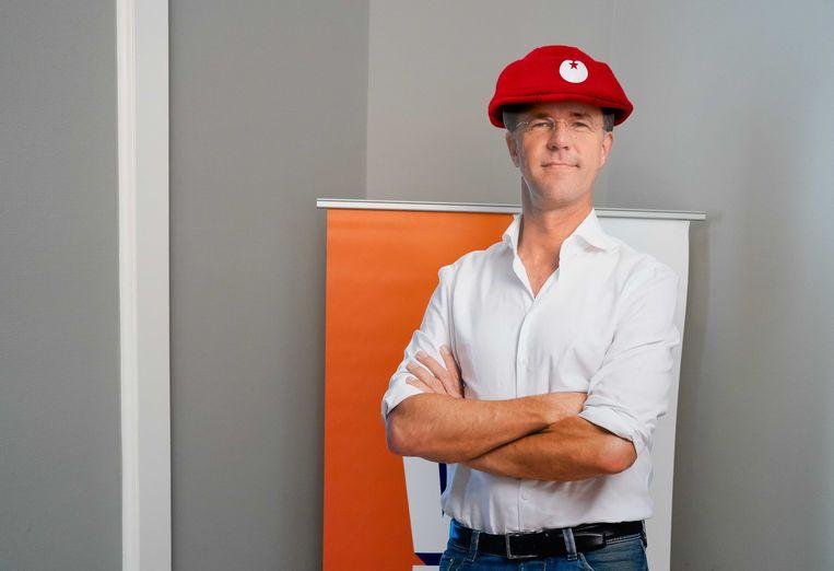 Een kartonnen pop van premier Rutte met een SP-muts. De SP vergadert op de VVD-vleugel, omdat niet alle fractiekamers groot genoeg zijn om afstand te kunnen houden. Beeld ANP
