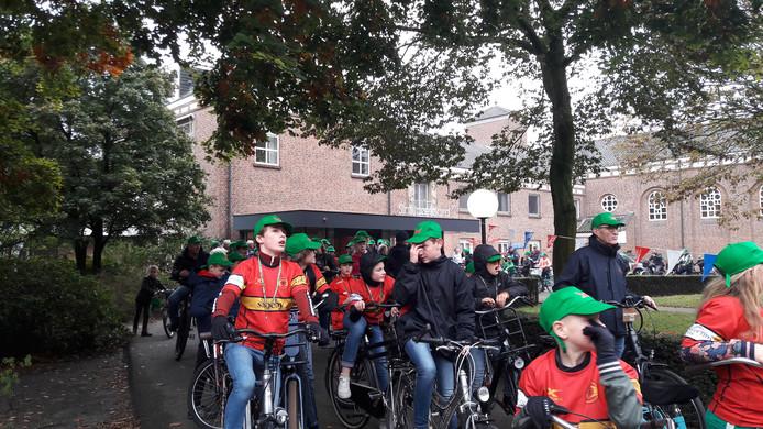 Jeugdrugbyers van The Dukes dragen groene petten met de letter W, ter nagedachtenis aan de 146 militairen uit Wales die sneuvelden bij de bevrijding van Den Bosch.