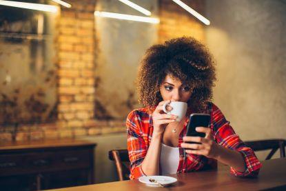 Deze dames gebruiken de ergste openingszinnen op Tinder en het werkt nog ook