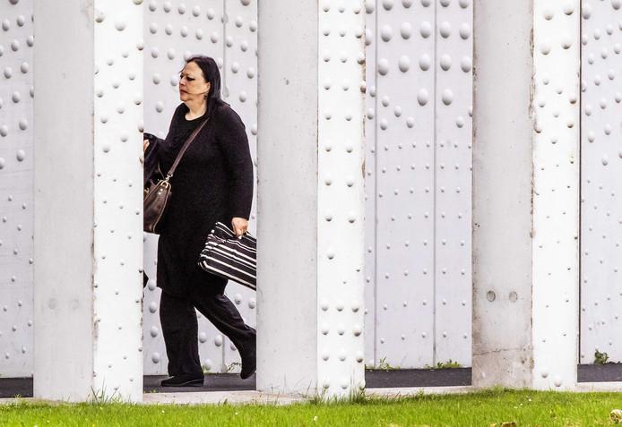 Advocate Inez Weski komt aan bij de extra beveiligde rechtbank op Schiphol.