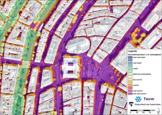 Een kaart van Amsterdam laat zien op welke plekken het warm wordt. Langs de grachten is het een stuk koeler, dan tussen de gebouwen.