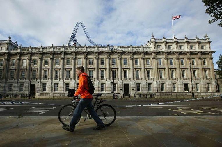 Een man loopt met zijn fiets in Londen. Beeld Reuters