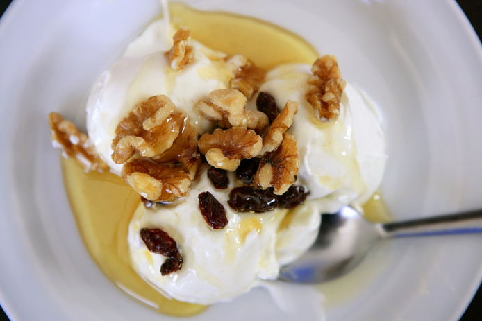 Griekse yoghurt met honing, walnoten en rozijnen.