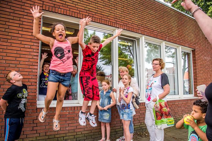 De kinderen van Fatima springen door het raam de vakantie tegemoet.