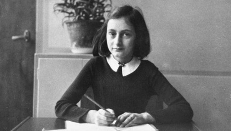 Anne Frank in 1940 aan haar tafel op de Montessorischool. © afp Beeld