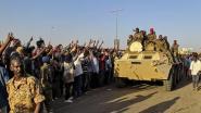Bescherming tegen de politie: deel van Soedanees leger lijkt kant van duizenden betogers te kiezen